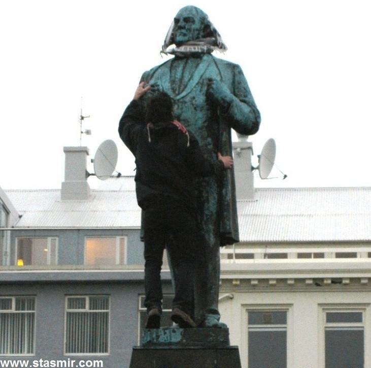 Jón Sigurðsson, Памятник Йоуну Сигурдссону, герою национально-освободительной борьбы Исландии, в арафатке, протесты в Исландии, фото Стасмир, Photo Stasmir