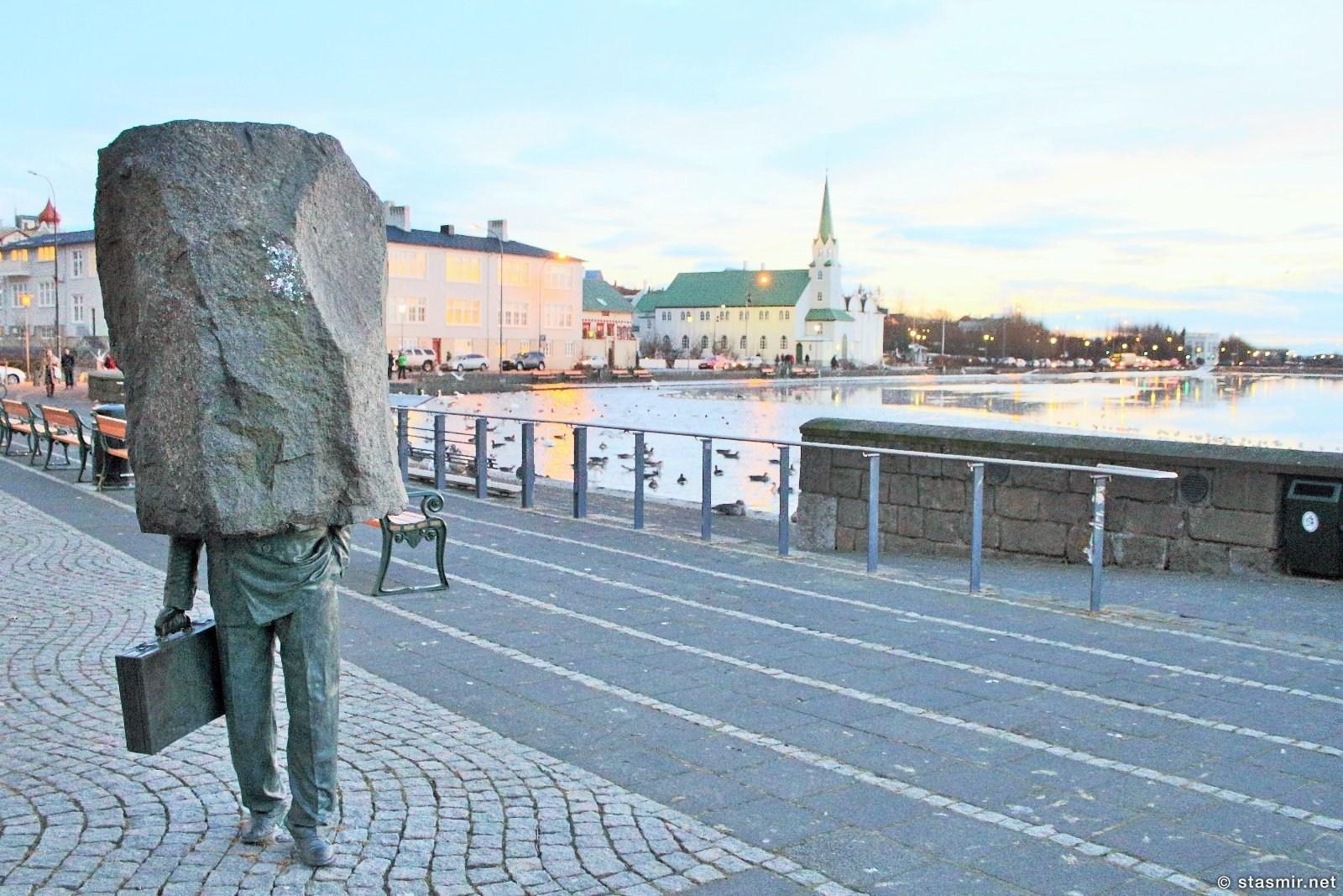 Monument to the Unknown Official, umbodsman, Озеро Тьёрнин, Рейкьявик, осень в Исландии, фото Станислав Смирнов