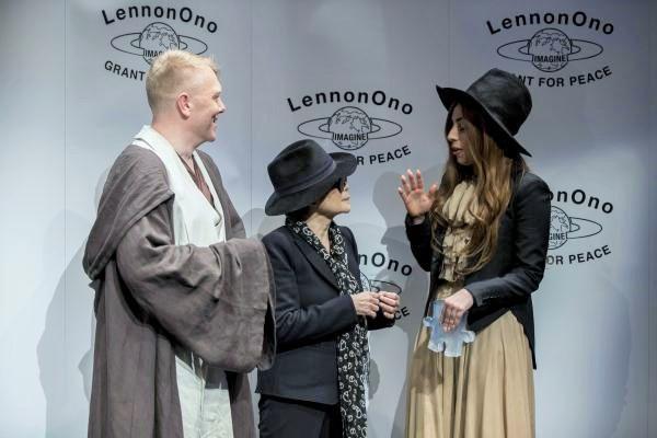 Мэр Йоун Гнарр, Йоко и Лейди Гага в костюмчиках