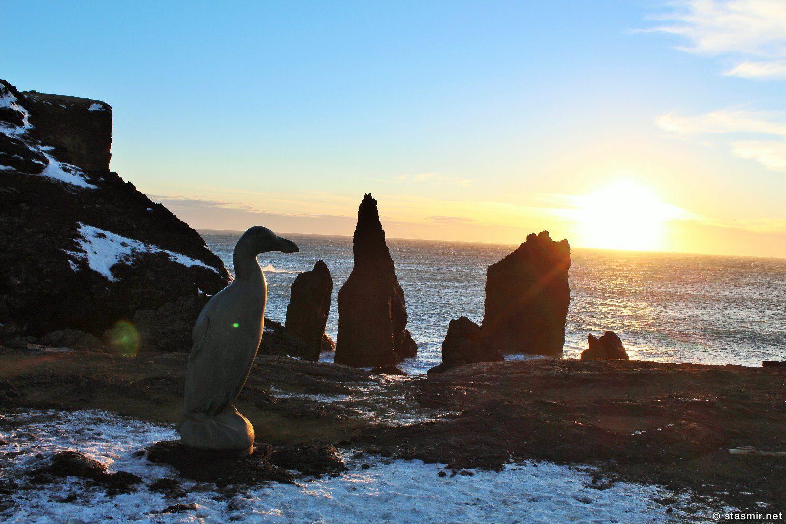 Бескрылая гагарка на закате, Reykjanes, Valahnúkur, Полуостров Рейкьянес, Валахньюкюр, скульптор Тодд МакГрейн, фото Стамир, photo Stasmir