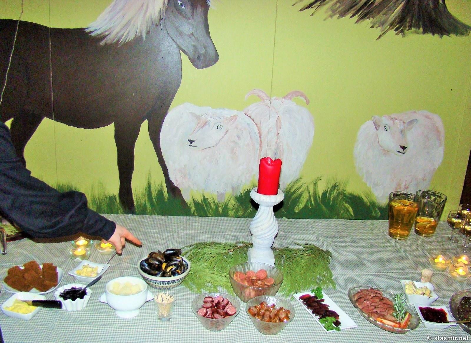 Флаткаки, нарезка из хангикьота и прочих исландских лакомст на праздничном столе на фере, фото Стасмир, Photo Stasmir