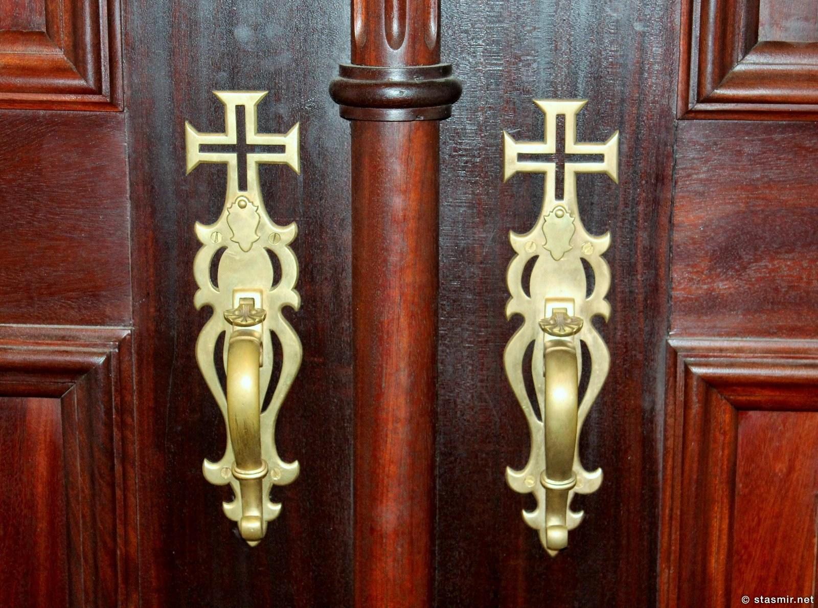 красивые двери в Basílica de Nossa Senhora do Rosário de Fátima, Monumento ao Sagrado Coração de Jesus , Фатима, Португалия, фото Стасмир, Photo Stasmir