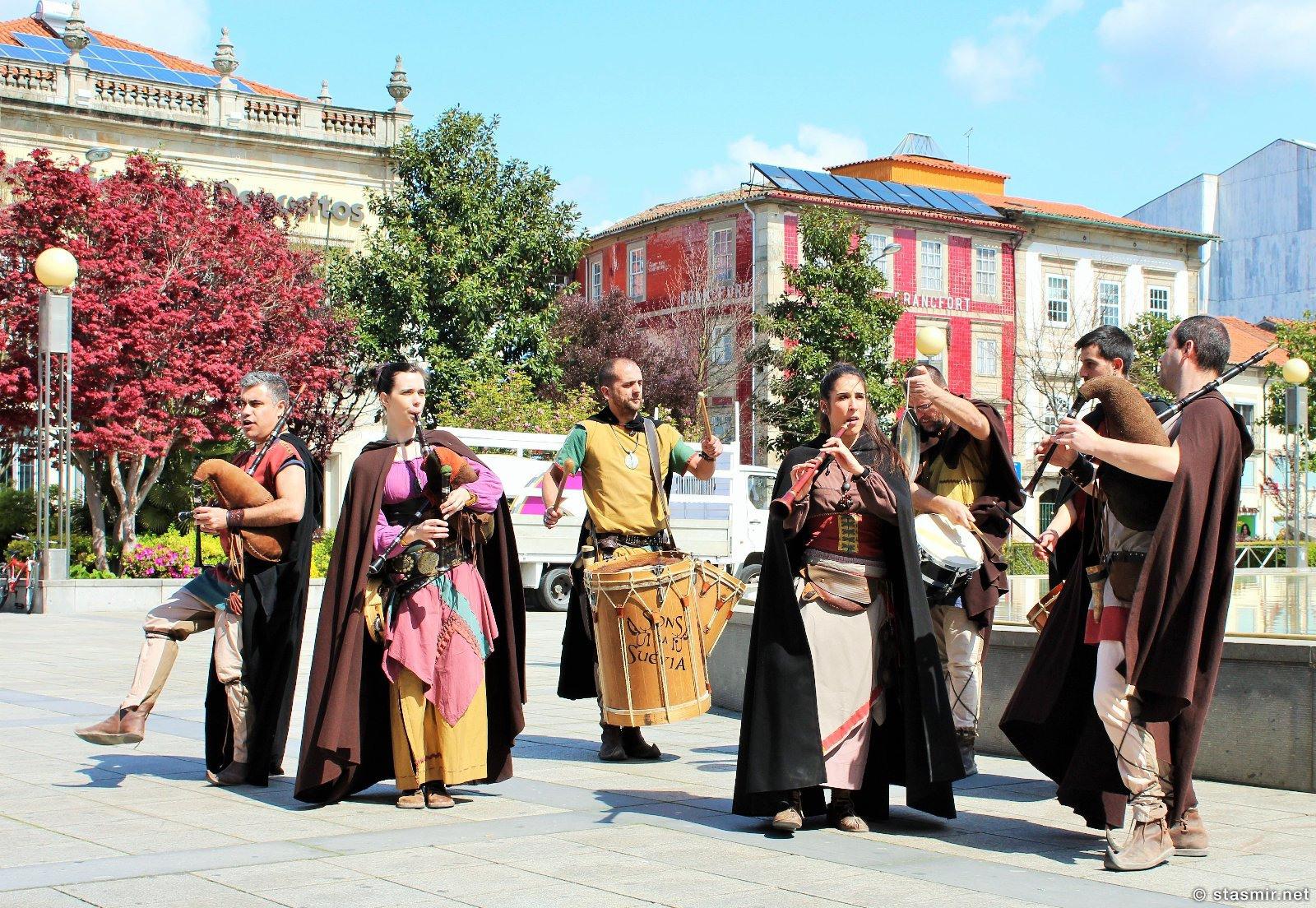 Брага: волынщики в традиционных костюмах на улице, фото Стасмир, photo Stasmir
