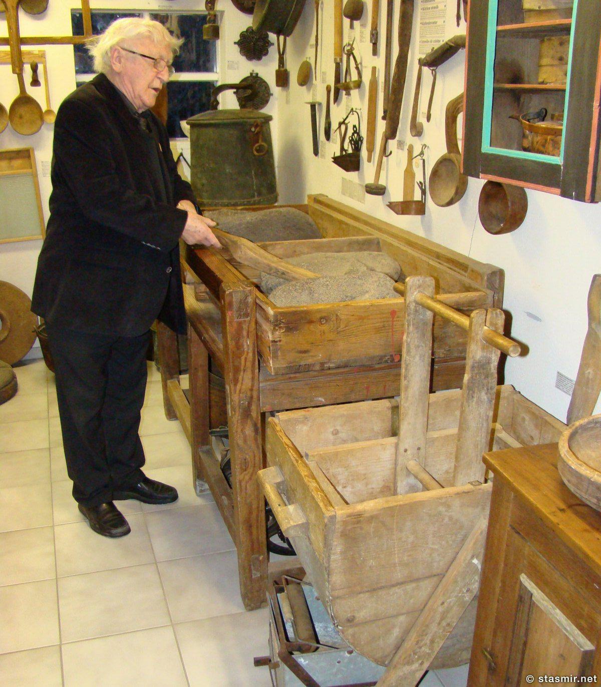 Тордур Томассон или Тордюр Томассон, основатель и бессменный куратор музея Скоугар, демонстрирует древний исландский утюг, фото Стасмир, photo Stasmir, Skógar
