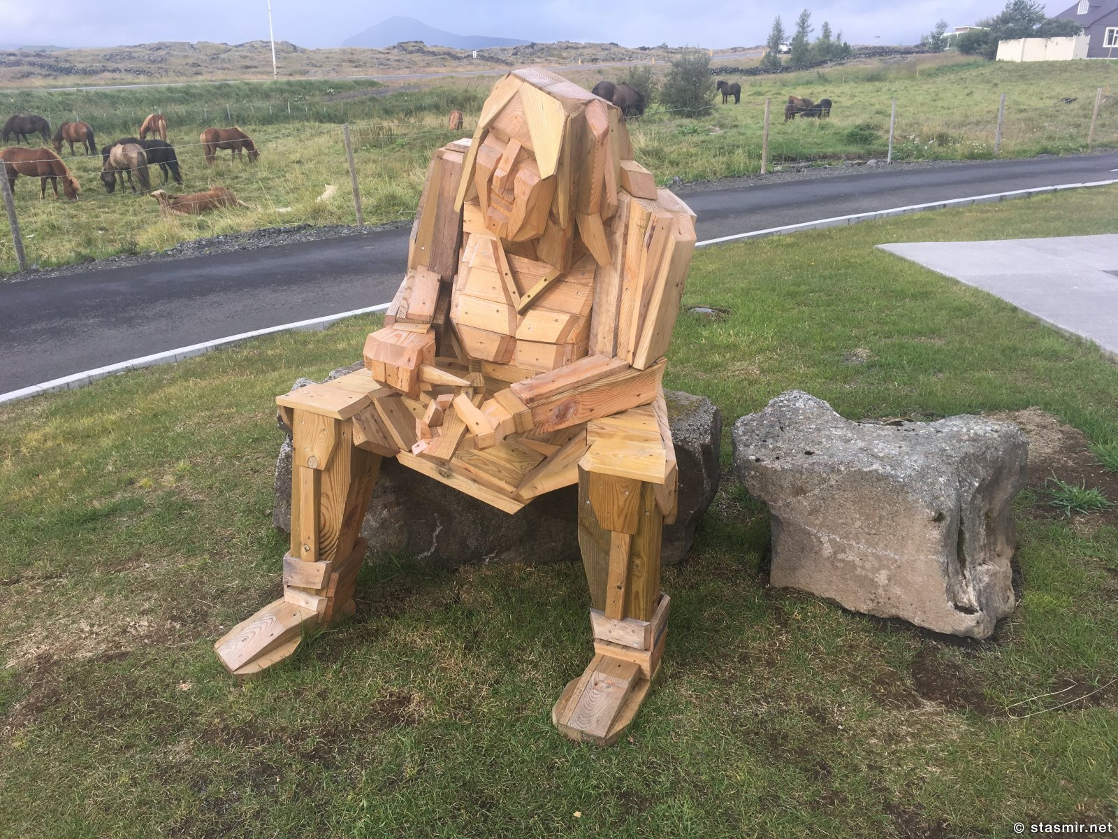 безнадежно расстроенная фрау, Фото Стасмир, photo Stasmir, альтернативаня скульптура в Исландии на озере Миватн, фото Стасмир, photo Stasmir