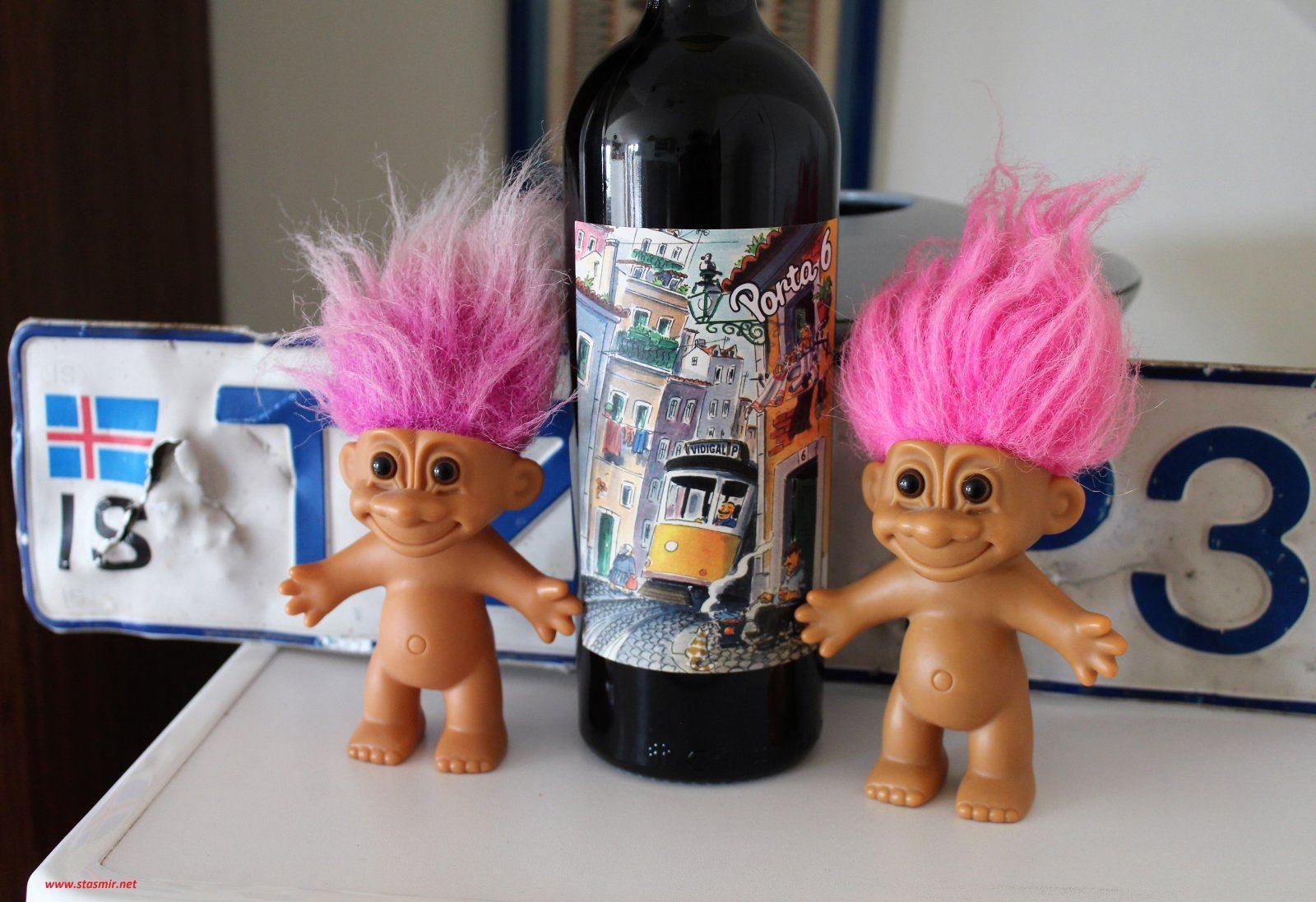 Португальское вино, норвежские троли, исландский номерной знак. Фото Стасмир, photo Stasmir