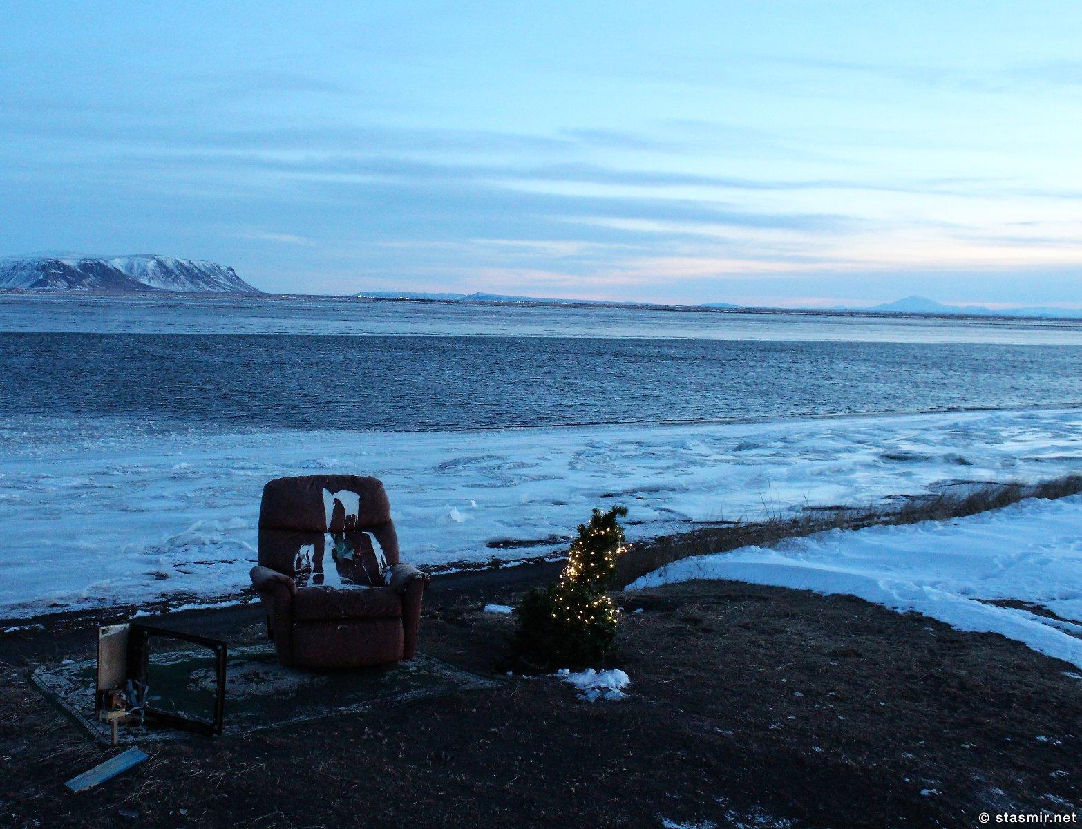 красное кресло и рождественская елка в исландии