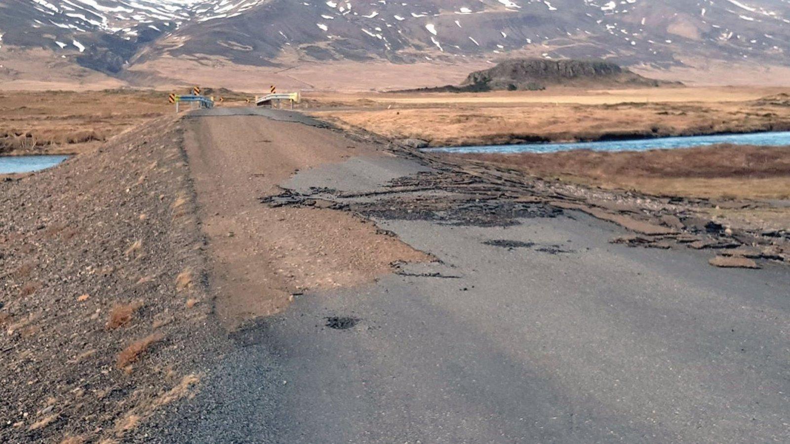 Ветер, летящий со скоростью 180 км в час, сорвал асфальт на дороге 94, которая ведет к Borgarfjörður-Eystri, фото из исландской прессы