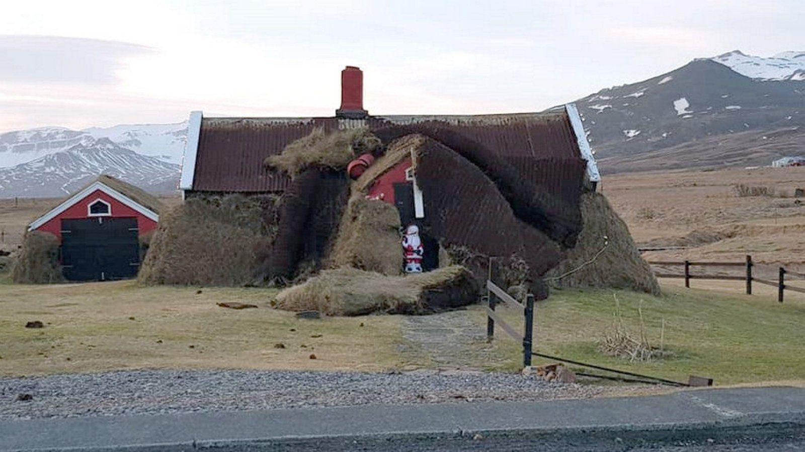 Землянки Линдарбакки, где еще живут люди, после урагана и ветра, летящего со скоростью 180 км в час, фото из исландской прессы