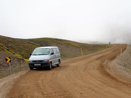 Ужасная машина на ужасной дороге 94 без асфальта и без ограждений ведет к фьорду Боргарфьёрдюр-Эйстри, фото Стасмир, Photo Stasmir