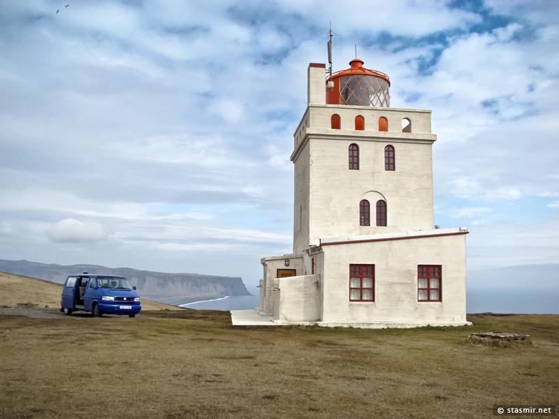 Маяк на полуострове Дирхоулаэй (Dyrhólaey) на южном берегу Исландии