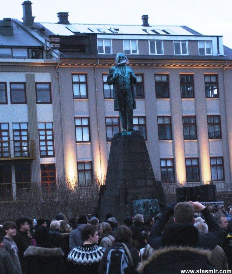 Austurvöllur, протестующие у памятника Йоуну Сигурдссону, герою национально-освободительной борьбы, перед Парламентом Исландии, фото Стасмир, photo Stasmir