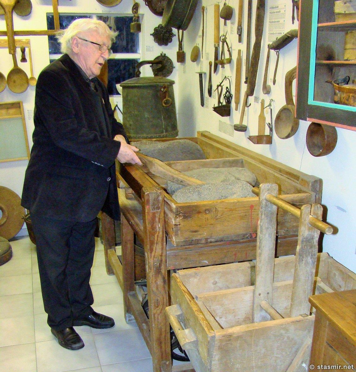Тордур Томассон демонстрирует принципы работы исландского утюга в краеведческом музее Скоугар, skogasafn, Þórður Tómasson, фото Стасмир, photo Stasmirskogasafn