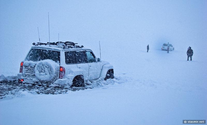 Nissan Patrol провалился в лед по самые порожки и намертво «засел» на зимней дороге в Landmannalaugar. На снимке — начало спасательной операции одного «Патруля» другим при помощи лебедки и какой-то матери
