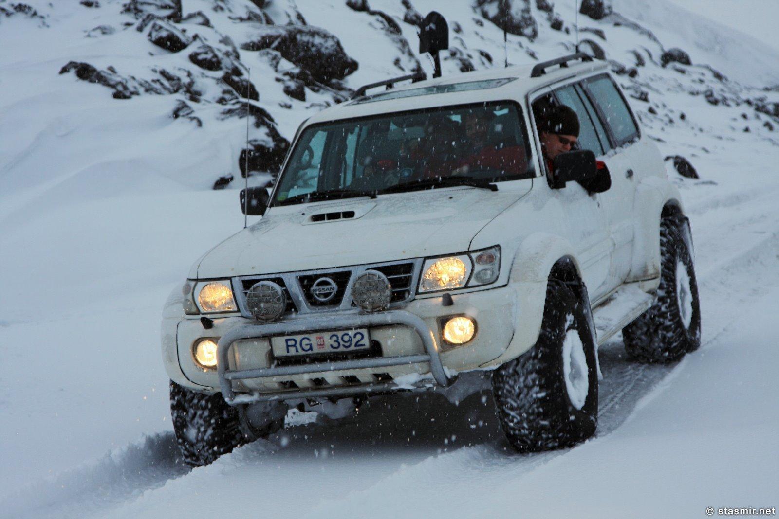 Ниссан Патруль буксует в снегу по пути в Ландманналёйгар, Исландия