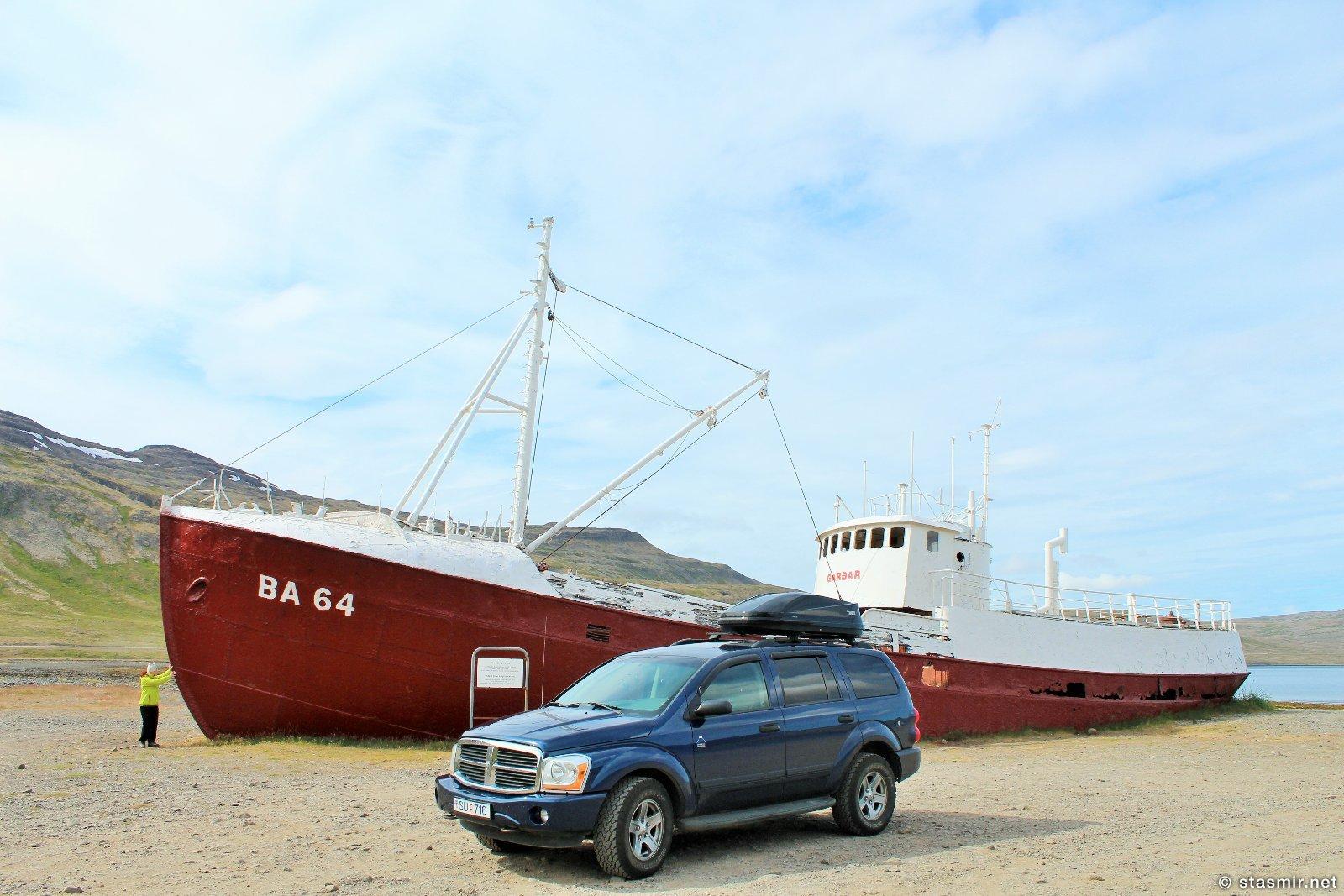 Dodge Durango SU-716 встретился с еще большей развалиной: кораблем Garðar BA64, построенным в Норвегии в 1912 году. Сел на мель в 1981 году, фото Стасмир, Photo Stasmir
