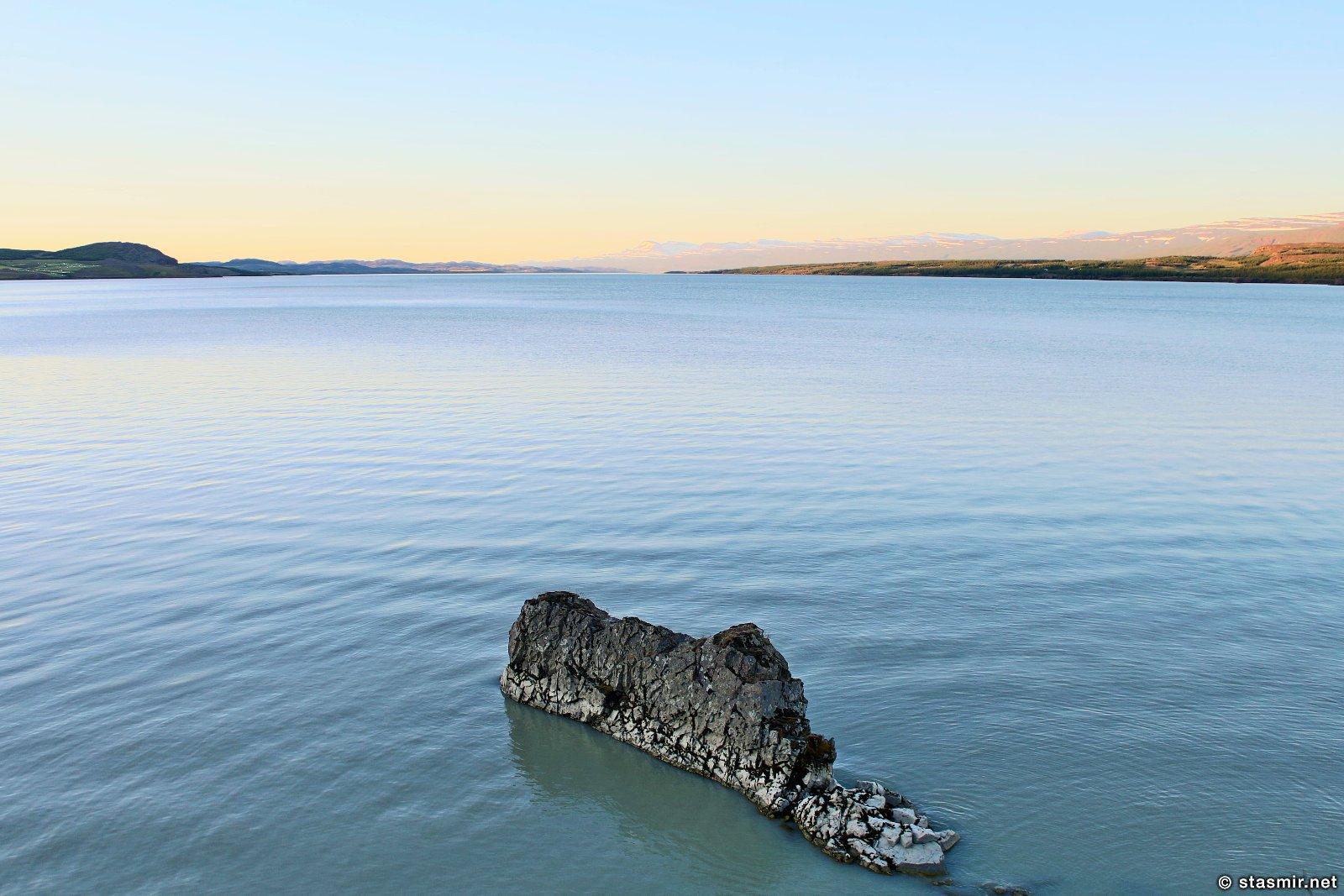 гладь озера Лагарфлйот рядом с фермой Mjóanes, размещение в сельских домиках в Исландии, фото Стасмир, photo Stasmir, Восточная Исландия