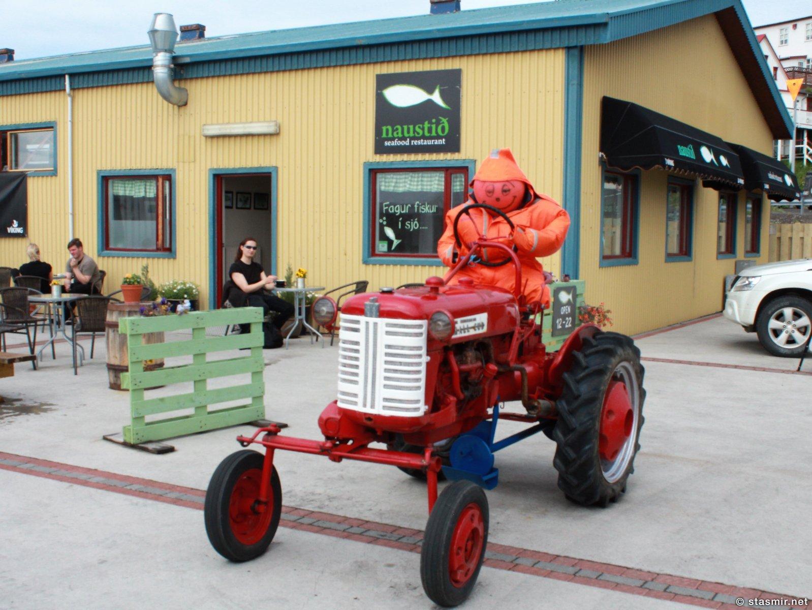трактор и исандский фермер на причале в Хусавике, Северная Исландия