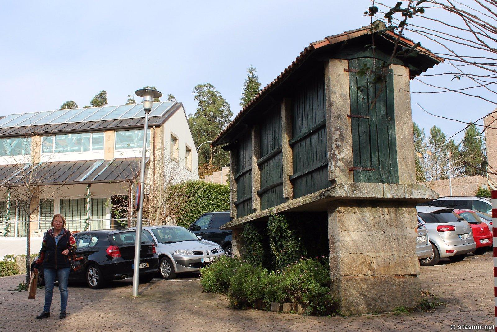 хранилище для зерна в Галисии на территории отеля Quinta da Auga в пригородах Сантьяго-де-Компостела