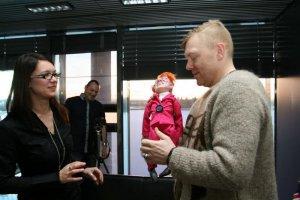 Журналистка Marta M. Niebieszczanska из портала «Informacje» вручает мэру куклу