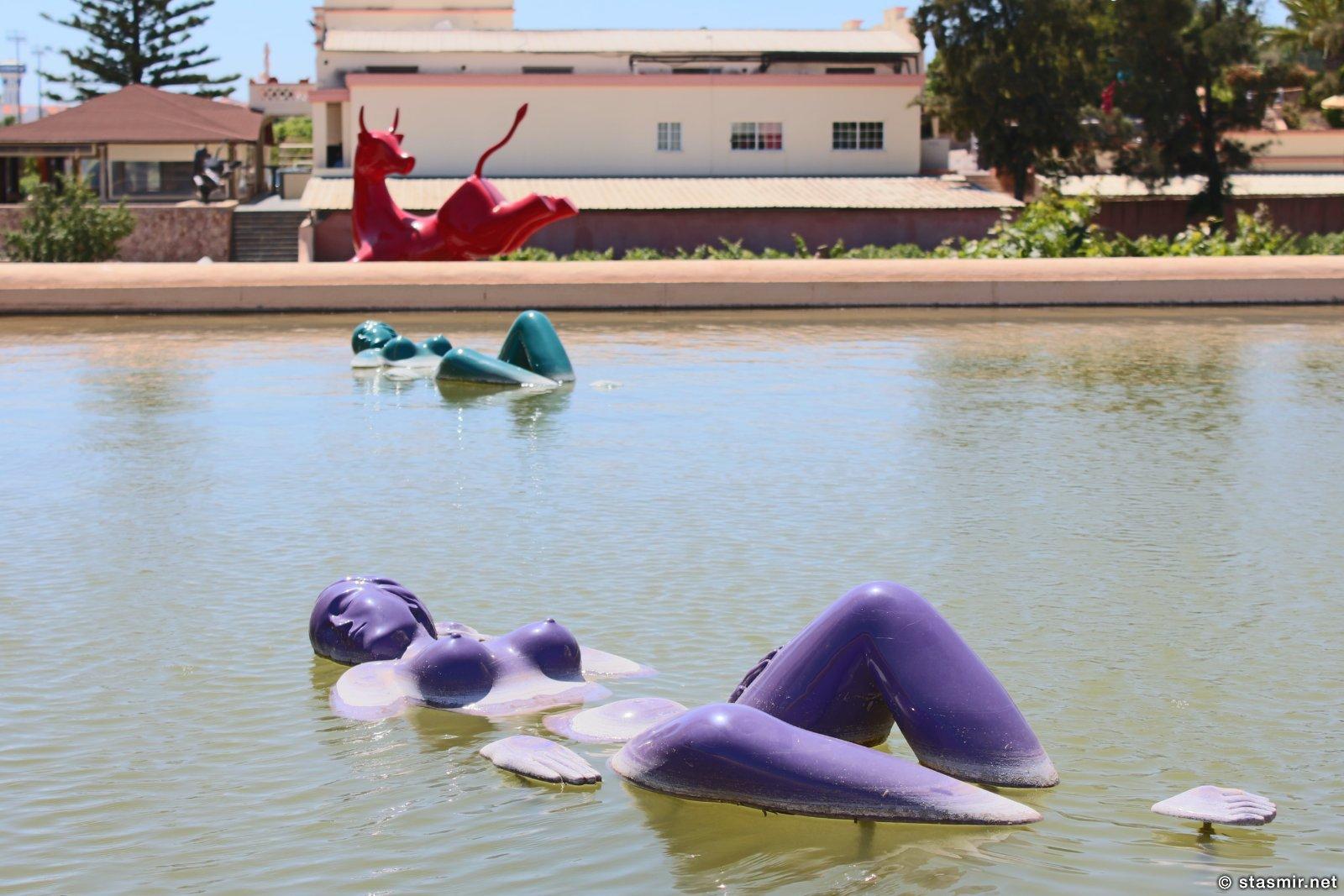 Скульптура плавающих тетенек на винограднике в Португалии, фото Стасмир, photo Stasmir