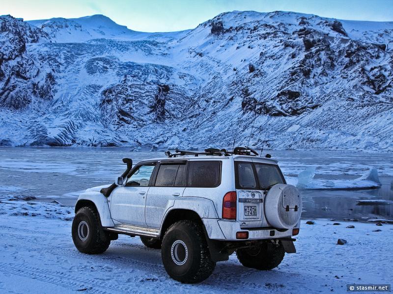 Nissan Patrol около ледниковой лагуны Lónið у подножья ледника Gígjökull – одного из языков вулкана Эйяфьядлайёкюдль