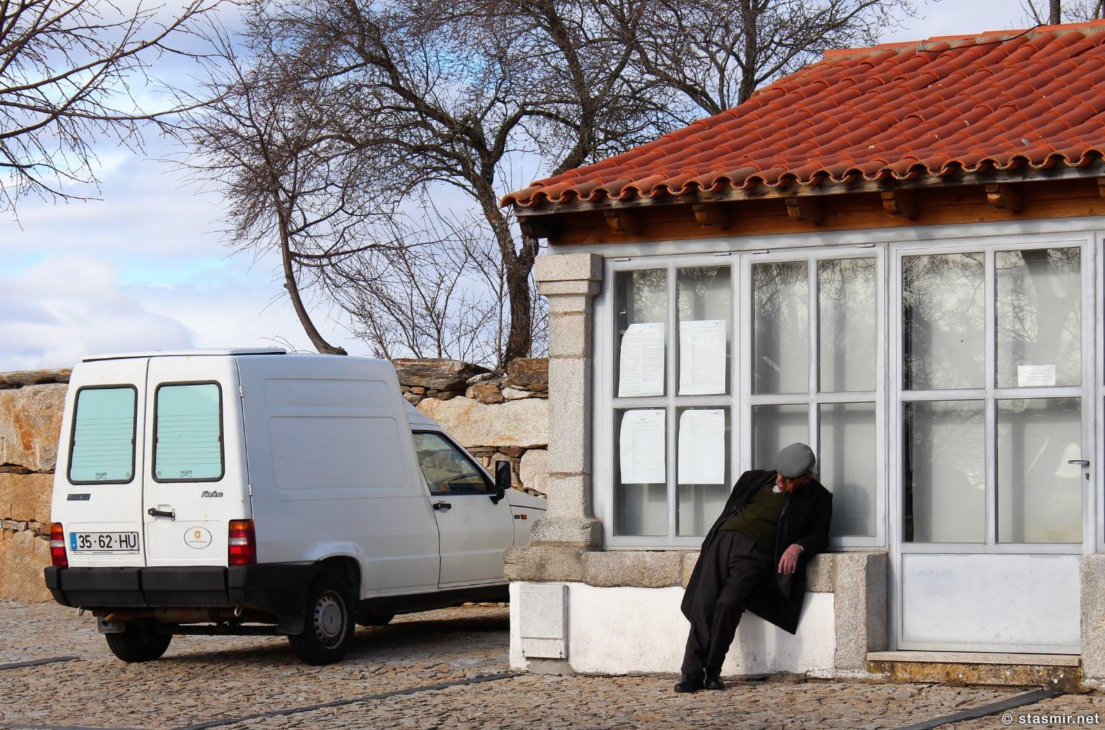 очень пьяный человек спит стоя в местечке Мтранда-ду-Дору, Португалия, фото Стасмир, Photo Stasmir