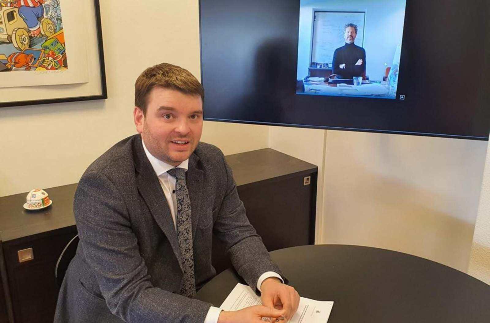 Министр социальных вопросов и Мэр Рейкьявика удаленно подписывают Соглашение о сотрудничестве. Фото с сайта mbl.is