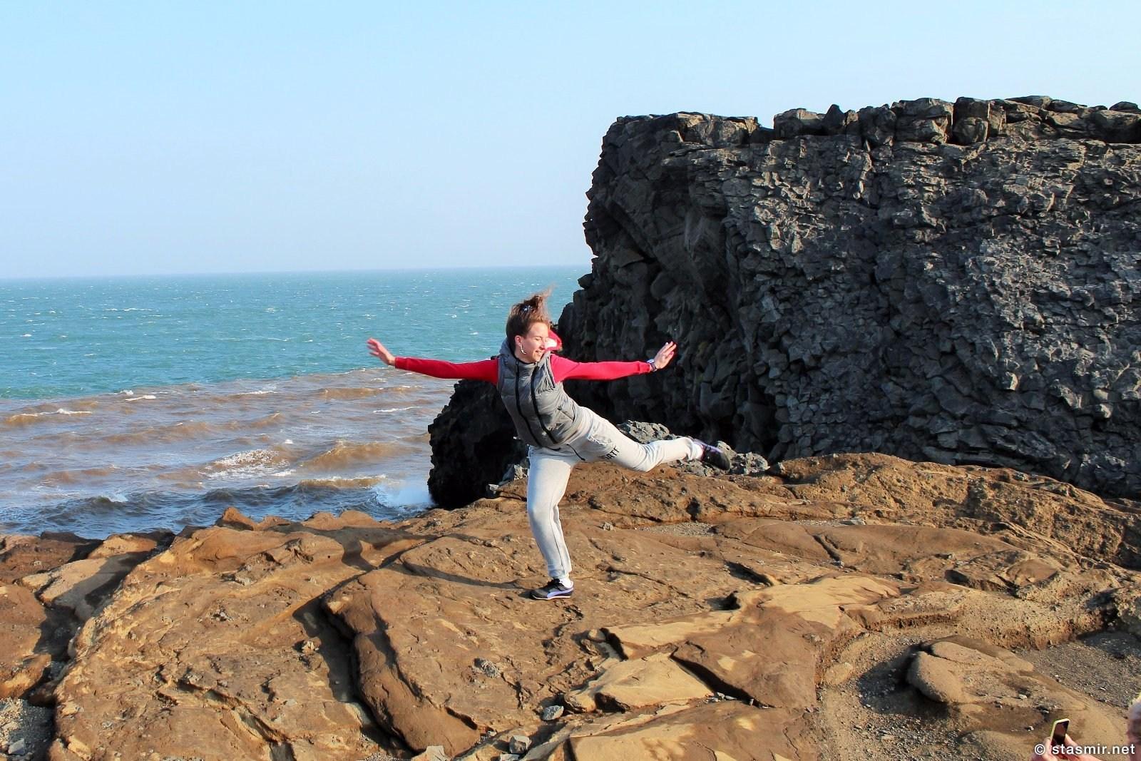 танец девушки на Дирхоулаэй, Южный Берег, Исландия. фото Стасмир