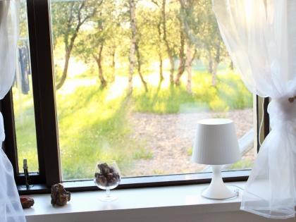 окно комнаты на ферме Mjóanes, размещение в сельских домиках в Исландии, фото Стасмир, photo Stasmir, Восточная Исландия