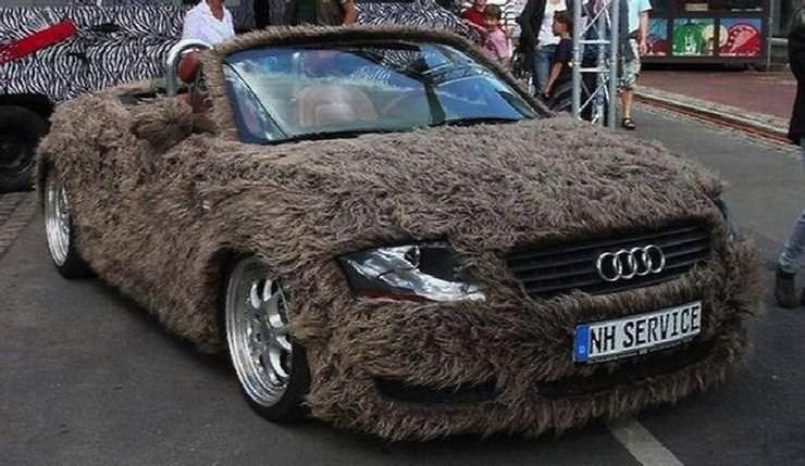 Машинка в мохнатых шкурках. Фото взято с сайта https://www.hotcars.com/19-people-who-modded-their-cars-with-fur/.  Автор Via Hooniverse.com