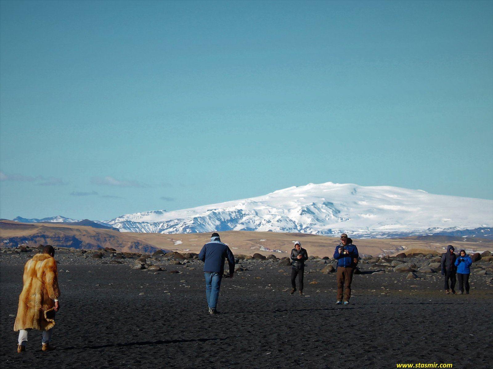 Человек в шубе на фоне ледника на Черном пляже в Исландии, фото Стасмир, photo Stasmir