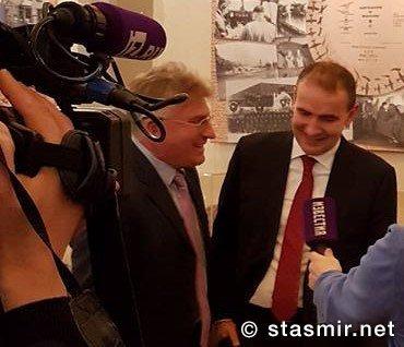 Стасмир переводит Гудни Т. Йоханнессону, Президенту Исландии