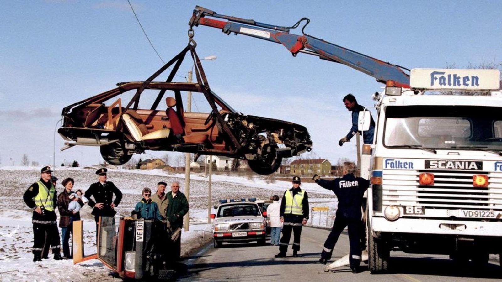 Полиция в Тронхейме грузит разрезанную ЛАЗЕРОМ(!) машину. Фото Adresseavisen. Взято из исландской  Mbl.is.