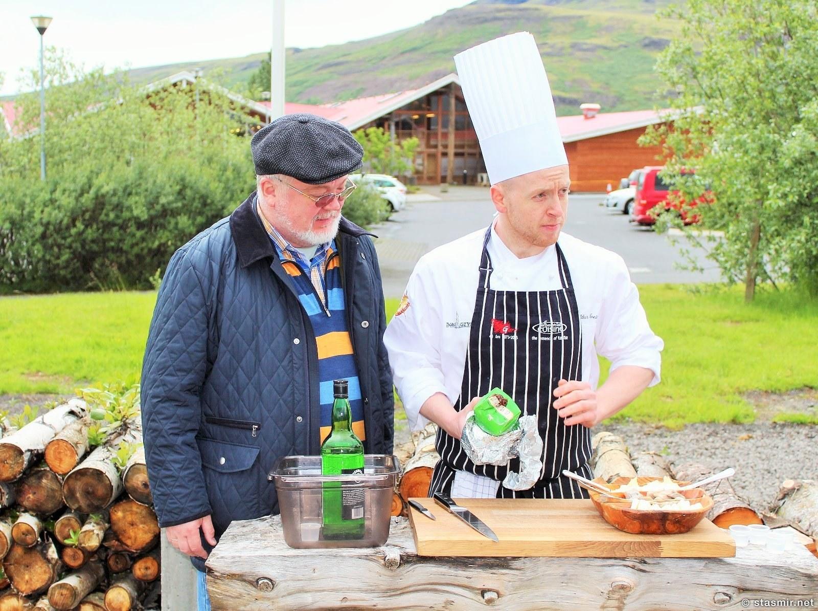 Счастливый клиент с исландским шеф-поваром, в Долине Гейзеров можно отведать
