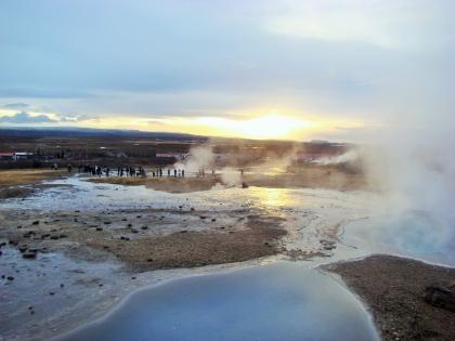 гейзер дышит целебным сероводородом в мужественные лица туристов, Гейсир, Золотое кольцо Исландии, долина Хёйкадалюр, фото Стасмир, Photo Stasmir