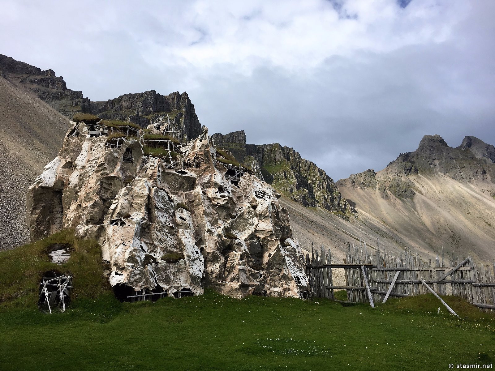 дом замаскирован под скалу для съемок фильма про викингов, сельский дом викинга, фото Стасмир, photo Stasmir