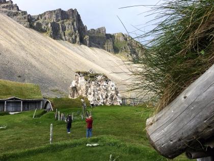 голливудский сет для съемок фильма о викингах в Исландии, декорации деревни викингов для съемок голлвудского фильма в Исландии, фото Стасмир, photo Stasmir, цементный дом замаскирован под скалу