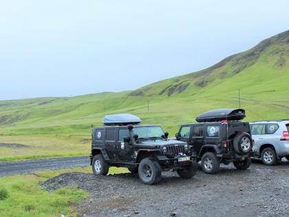Созвездие сербских джипов у указателя на ущелье Fjarðárglúfur, Исландия, фото Стасмир