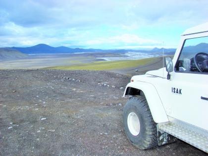 Дифендер где-то в полях у вулкана Гекла по дороге на Ландманналаугар, Landmannalaugar, Ландманналёйгар, Лундаманналаугар, джип-сафари, Исландия, фото Стасмир, photo Stasmir,