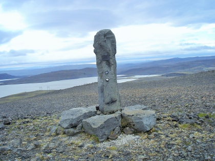 памятник строителям дороги, похожий на гигантский фалус, Landmannalaugar, Ландманналёйгар, Лундаманналаугар, джип-сафари, Исландия, фото Стасмир, photo Stasmir,