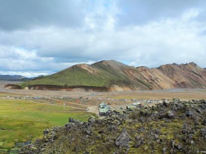 высокогорная база Ландманналёйгар, Landmannalaugar, Ландманналёйгар, Лундаманналаугар, джип-сафари, Исландия, фото Стасмир, photo Stasmir, вид на турбазу с горной тропы