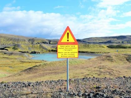 знак острожно в Исландии, Landmannalaugar, Ландманналёйгар, Лундаманналаугар, джип-сафари, Исландия, фото Стасмир, photo Stasmir, предупреждение о том, что плотина может быть открыта в любой момент