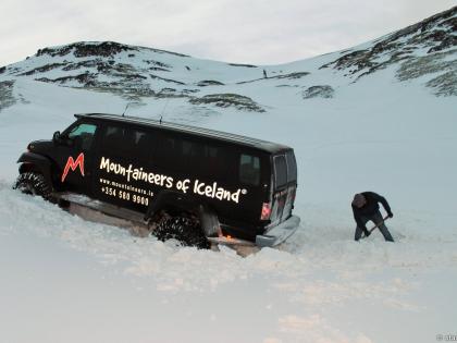 Landmannalaugar, Ландманналёйгар, Лундаманналаугар, джип-сафари, Исландия, фото Стасмир, photo Stasmir, туристы откапывают джип на зимнее дороге к Ландманналёйгар, суперджип застрял в снегу