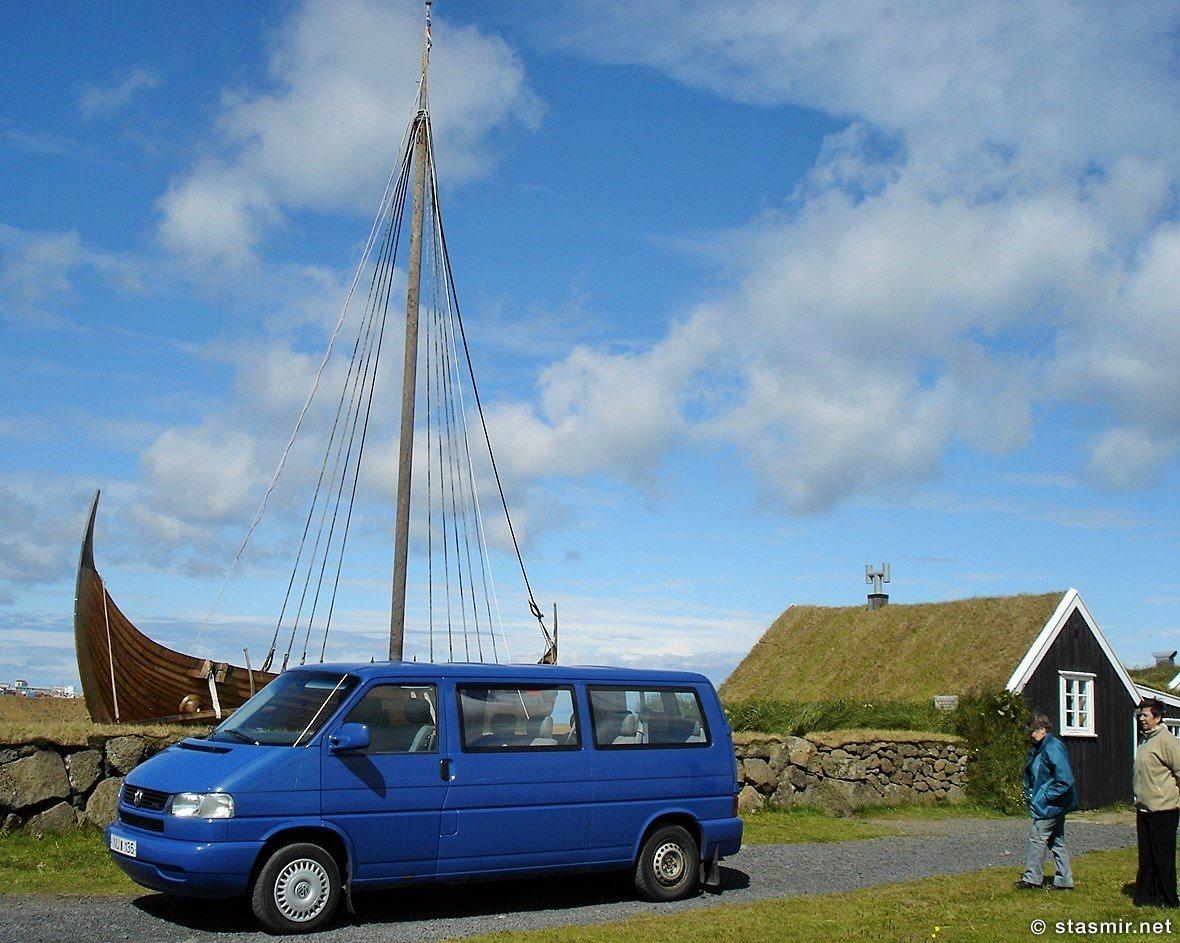 Ладья викинга и землянка в музее Викингхаймар (Vikingaheimar), Рейкьянесбайер, полуостров Рейкьянес, фото Стасмир, Photo Stasmir