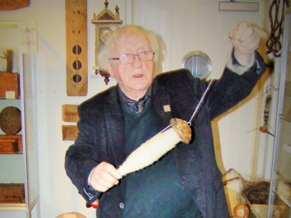 Тордур Томассон прядет лошадиную шерсть, Краеведческий музей Скоугар, Thordur Tomasson of Skógar Museum, Þórður Tómasson, Skógarsafn, Photo Stasmir, фото Стасмир