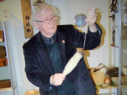 Тордур Томассон прядет лошадиную шерсть, Краеведческий музей Скоугар, Thordur Tomasson, Skógar Museum, Þórður Tómasson, Skógarsafn
