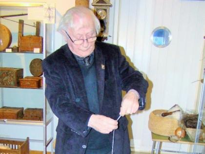 Тордур Томассон прядет лошадиную шерсть, Краеведческий музей Скоугар, Thordur Tomasson, Skógar Museum, Þórður Tómasson, Skógarsafn, фото Стасмир, Photo Stasmir