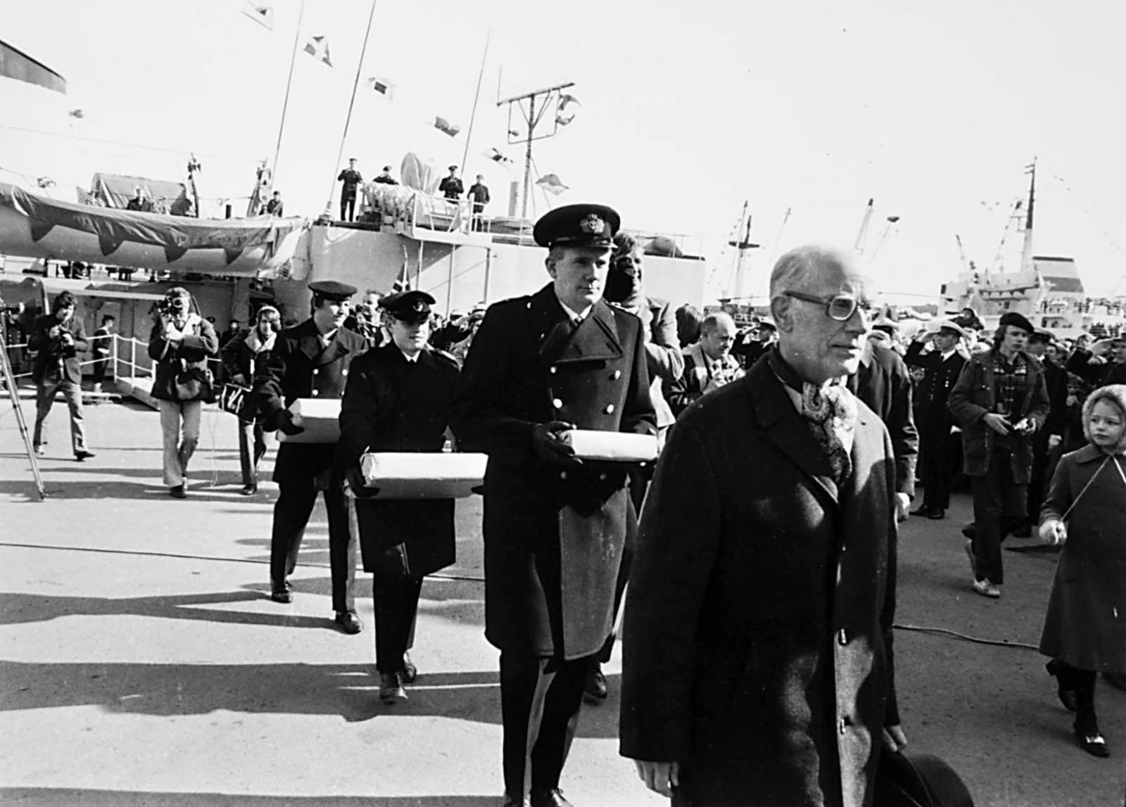 Датские военные моряки торжественно несут рукописи саг в последний день зимы 21 апреля 1971 года. Фото Morgunblaðið/Ólafur K. Magnússon