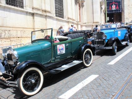 парад винтажный авто на улицах Лиссабона перед собором Се, фото Стасмир, photo Stasmir